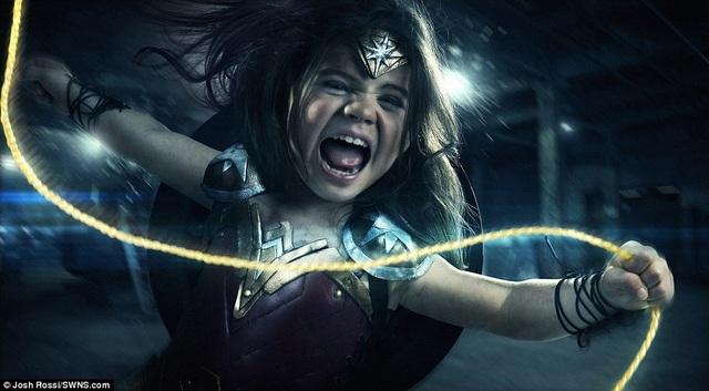 Là một fan của những bộ truyện tranh xoay quanh các nhân vật siêu anh hùng, nhiếp ảnh gia Josh Rossi đã thực hiện bộ ảnh ấn tượng về cô con gái 3 tuổi trong tạo hình của Wonder Woman nhân dịp sinh nhật của cô bé.