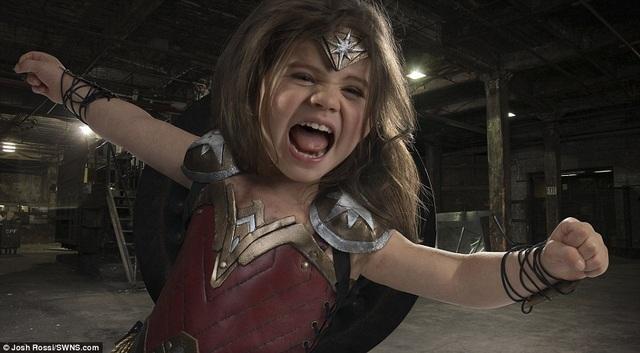 """Bộ ảnh có gam màu và tạo hình giống hệt phong cách của Wonder Woman trong phiên bản điện ảnh """"Batman V Superman: Dawn Of Justice"""" (2016)."""