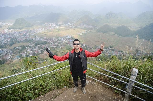Vượt qua đèo Cổng Trời Quản Bạ sừng sững với độ dốc lớn, Núi Đôi Cô Tiên hiện ra trước mặt Hoàng Phi hùng vĩ nhưng không kém phần thơ mộng