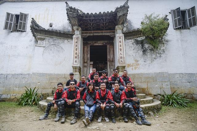 Check-in cùng các anh em trong đoàn tại dinh thự nhà họ Vương (hay còn gọi là nhà vua Mèo). Đây là một trong những dinh thự cổ còn sót lại của những gia đình giàu có nhờ buôn thuốc phiện ở Hà Giang.