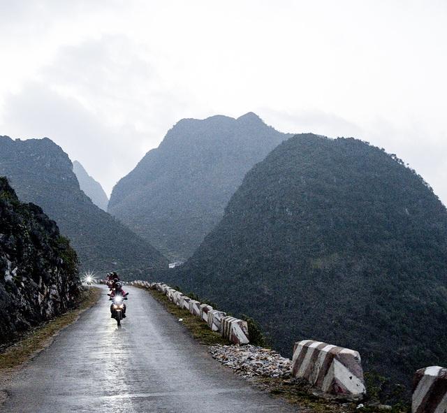 """Băng qua """"con đường Hạnh Phúc"""" dài khoảng 20km uốn lượn vòng quanh vách đá, Hoàng Phi thảng thốt vì vẻ đẹp hùng vĩ và đầy huyền bí của con đèo Mã Pí Lèng"""