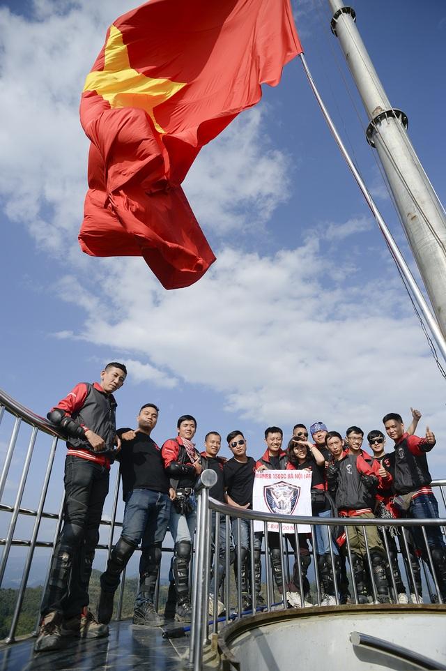 Hoàng Phi và các đồng đội ăn mừng chiến thắng khi đặt chân lên cột cờ Lũng Cũ