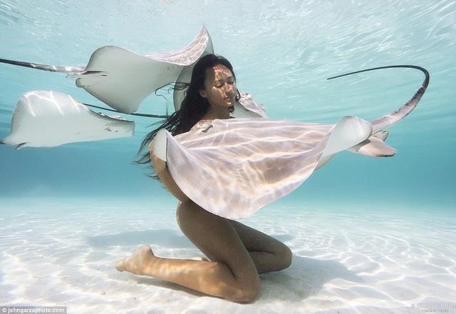 Rava Ray có sở thích lặn khỏa thân bên những sinh vật biển nguy hiểm nhất của đại dương. Cô là một người mẫu nghiệp dư, các nhiếp ảnh gia luôn săn đón để được chụp những bộ ảnh ngoạn mục ghi lại cảnh lặn biển của Rava Ray.