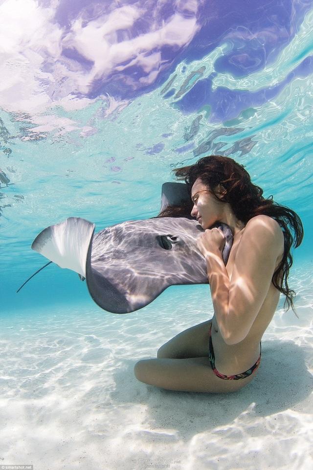 Rất nhiều người khi xem những bức ảnh của Rava Ray đã không khỏi lo lắng cho tính mạng của cô, nhưng vốn là một cô bé lớn lên bên biển cả, Rava Ray cảm thấy quá đỗi thân quen với những loài sinh vật biển đến mức không còn bất cứ nỗi sợ nào nữa.