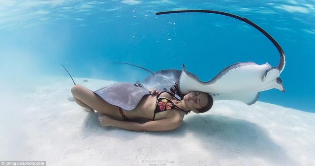 Rava Ray chưa bao giờ tính xem mình có thể nhịn thở trong bao nhiêu lâu, nhưng cô rất thích lặn một cách hoàn toàn thiên nhiên, khi không cần bất cứ dụng cụ nào hỗ trợ và cũng chẳng còn gì để ngăn cách cô và các loài sinh vật biển.