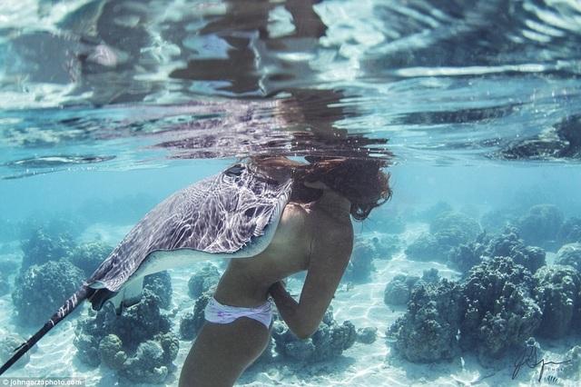Rava chưa bao giờ bị tấn công bởi đuôi gai độc của cá đuối, chỉ có một lần duy nhất cô bị cắn, nhưng ký ức đó không khiến Rava sợ hãi.