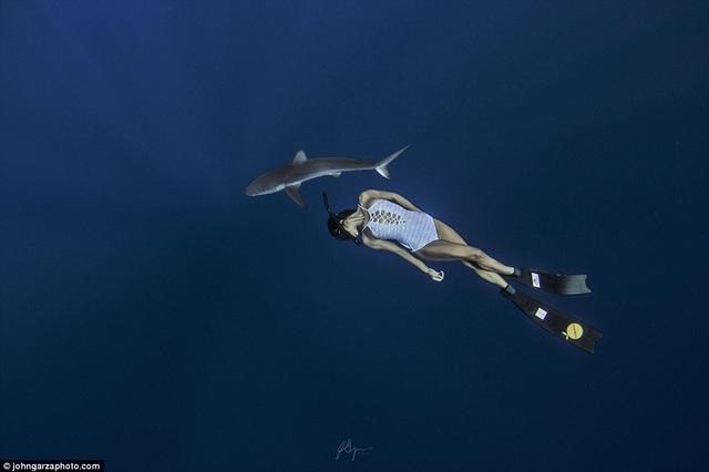 Rava cho biết chính trải nghiệm từ một lần bơi an toàn bên cá mập báo từ khi còn nhỏ đã khiến cô trở nên táo bạo và đặt lòng tin vào các loài động vật biển, rằng chúng sẽ không làm hại cô.