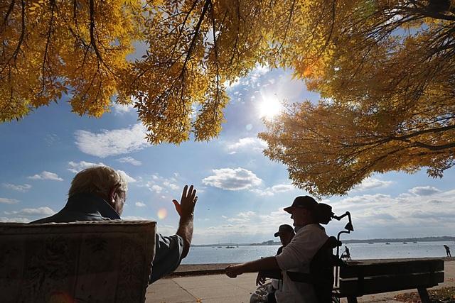Tận hưởng ánh nắng mặt trời bên vịnh Pleasure, South Boston, bang Massachusetts, Mỹ.
