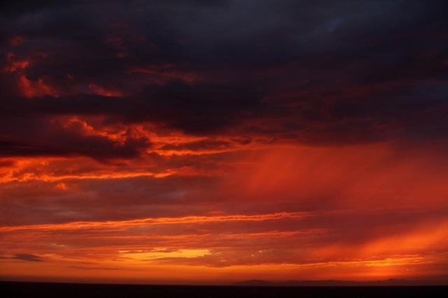 Cảnh mặt trời lặn ở bãi biển Laguna, bang California, Mỹ.