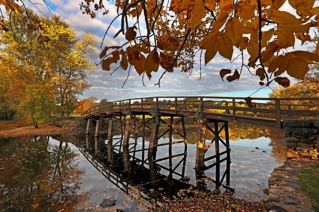 Cầu Old North bắc qua sông Concord trong buổi sáng sớm. Ảnh chụp trong công viên Minute Man ở Concord, bang Massachusetts, Mỹ.