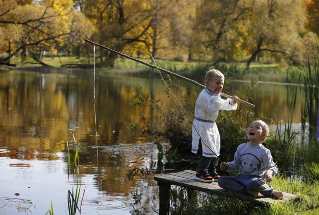 Hai cậu bé vui đùa bên hồ ở ngoại ô Minsk, Belarus.