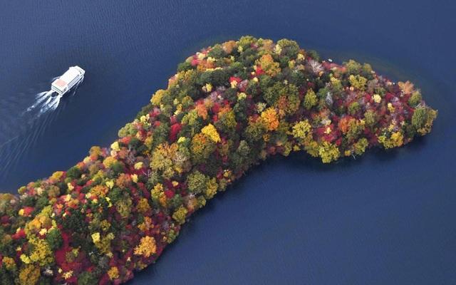 Mũi đất Hacchodejima nằm bên hồ Chuzenji, phía bắc thành phố Tokyo, Nhật Bản.