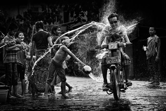 """Ở hạng mục """"Open Monochrome"""" (Ảnh đơn sắc), tác phẩm ảnh chụp lại một khoảnh khắc trong lễ hội té nước Thingyan của người Myanmar, do nhiếp ảnh gia người Việt - Lý Hoàng Long thực hiện, đã đoạt giải ấn tượng (Remarkable Award)."""