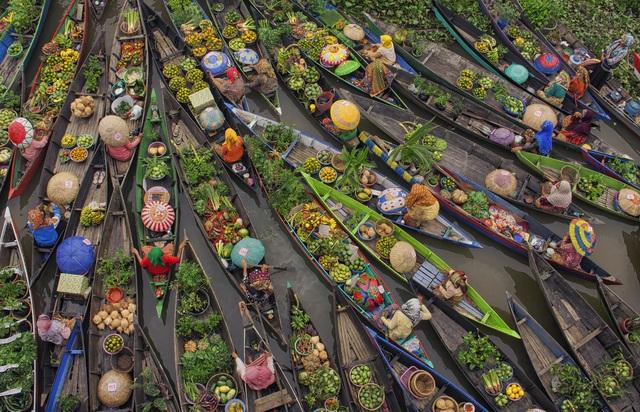Bức ảnh đoạt giải ba là của nhiếp ảnh gia Antonius Andre Tjiu (Indonesia), chụp ở tỉnh Nam Kalimantan, ghi lại quang cảnh một chợ nổi.