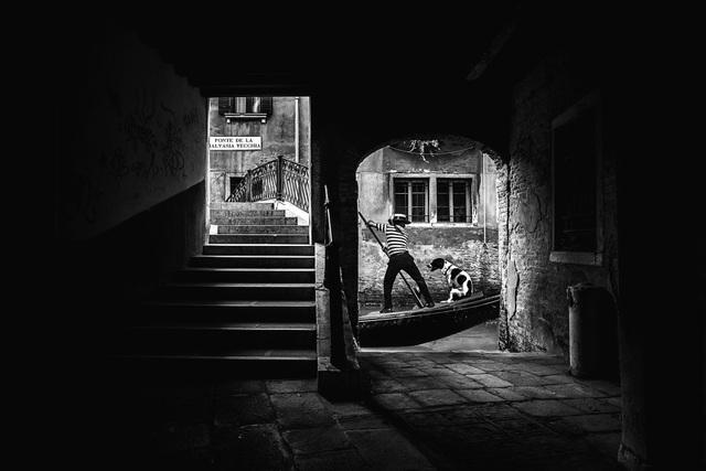 Giải ba là tác phẩm của tay máy Giuseppe Valletta (Ý), chụp tại thành phố Venice. Valletta đã chụp được khoảnh khắc này vào lúc cuối ngày, khi người chèo thuyền gondola đang trở về nhà với chú chó ngồi ngoan ngoãn trên mạn thuyền.
