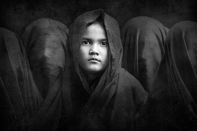 Đồng giải ba là tác phẩm của tay máy Arief Siswandhono (Indonesia) chụp cô con gái thứ hai của anh - cô bé Fina. Hiện tại, mẹ cô bé đang mang thai người con thứ ba. Arief thực hiện bức ảnh này tặng vợ với thông điệp rằng giới tính của bất cứ đứa trẻ nào cũng đều là một bí mật của đấng tạo hóa, và bí mật đó giống như những gương mặt đang được chùm khăn.