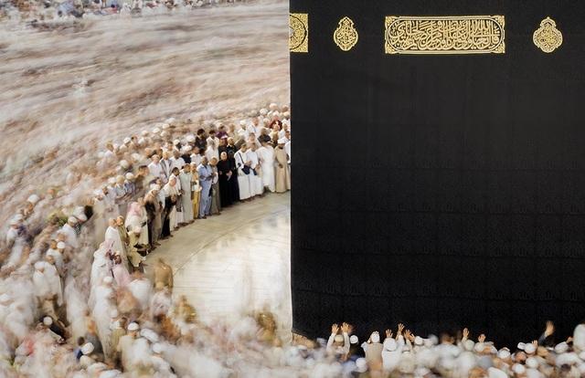 """Ở hạng mục """"Open Color"""" (Sắc màu mở), tác phẩm đoạt giải nhì được thực hiện bởi nhiếp ảnh gia Majid Alamri (Oman), chụp tại Ả Rập Saudi, ghi lại hình ảnh những tín đồ đạo Hồi đang hành lễ xung quanh tòa tháp Kaaba ở thánh địa Mecca, một công trình cổ xưa vốn được xem là điểm đến linh thiêng đối với các tín đồ Hồi giáo."""