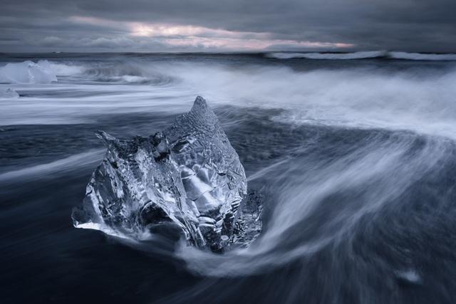 Giải nhì là tác phẩm của Spencer Cox (Mỹ) với khuôn hình được chụp tại bãi biển Jökulsárlón, Iceland. Đây được xem là một trong những điểm đến ngoạn mục nhất của đất nước Iceland với những tảng băng trôi kỳ vĩ thường xuyên xuất hiện bên bờ biển. Những tảng băng này sẽ rất nhanh chóng bị tan chảy vào lòng biển khơi.