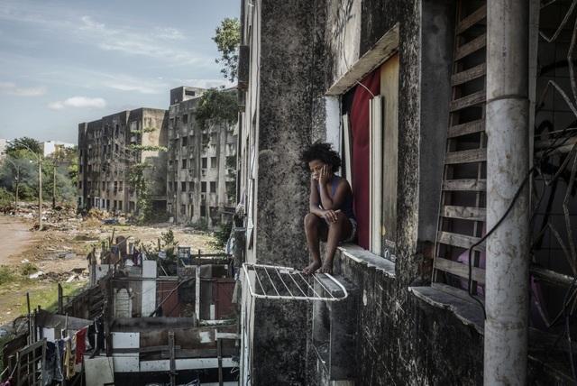 """Giải nhì thuộc về chùm ảnh """"Khách sạn Copacabana Palace"""" do nhiếp ảnh gia Peter Bauza (Brazil) thực hiện. Thực tế, tên gọi """"khách sạn Copacabana Palace"""" là một cách nói châm biếm thể hiện sự đối lập về chất lượng cuộc sống giữa những người thuộc giới thượng lưu và những người sống trong những khu ổ chuột nghèo nàn, phức tạp của Brazil."""