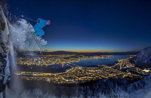 """Ở hạng mục """"Sport"""" (Ảnh thể thao), giải nhất thuộc về tay máy Audun Rikardsen (Na Uy), ghi lại cảnh một người trượt tuyết về đêm, thực hiện cú nhảy cao 10m từ một vách núi. Thực tế, ngoài trời tối hơn nhiều so với trong ảnh; để thực hiện được cú nhảy không hề đơn giản. Nhiếp ảnh gia cũng phải dùng nhiều thủ pháp mới ghi lại được khoảnh khắc trong khi trời đã tối."""