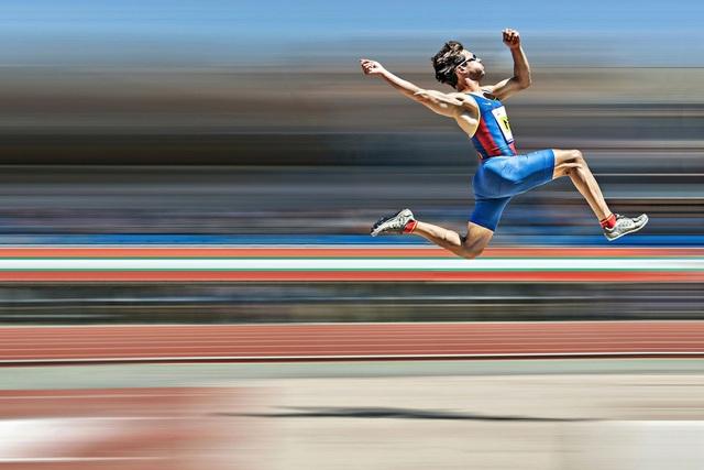 Giải ba thuộc về tay máy Ajuriaguerra Saiz Pedro Luis (Tây Ban Nha) với tác phẩm ảnh ghi lại cú nhảy xa ngoạn mục của một vận động viên khuyết tật bị khiếm thị, tại một sự kiện thi đấu thể thao cấp quốc gia của Tây Ban Nha.