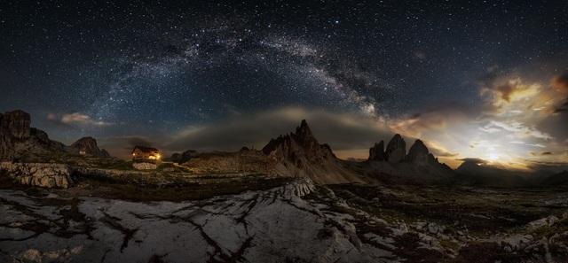 Giải ba thuộc về Ivan Pedretti (Ý) với tác phẩm ảnh panorama ghi lại cảnh trăng lên ở vùng núi Drei Zinnen.