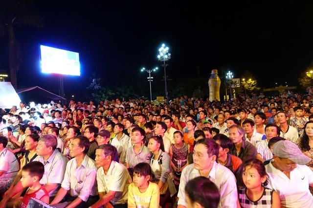 Quảng trường Phạm Văn Đồng hầu như không còn một chỗ trống trong suốt hai đêm tranh tài