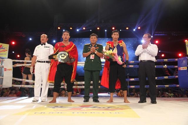 Võ sĩ Lương Bá Tá (đỏ) không phụ lòng khán giả nhà với chiến thắng ở hạng cân 65kg nam
