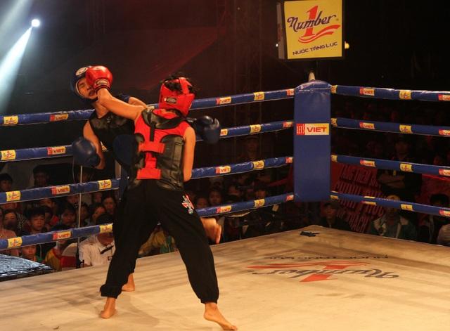 Những pha vào đòn rất rát của các võ sĩ khiến khán giả không thể rời mắt