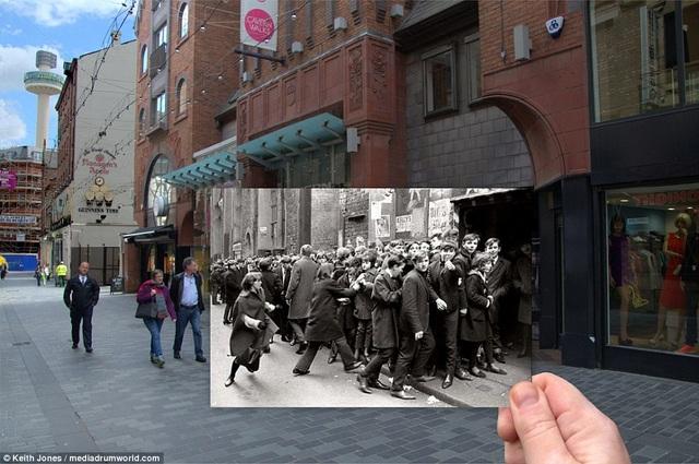"""Nhiếp ảnh gia Keith Jones sống tại Liverpool. Anh đã gây chú ý với bộ ảnh """"ngày ấy - bây giờ"""" ghi lại một thời hoàng kim của The Beatles trong những năm tháng tuổi trẻ khi còn gắn bó với thành phố quê hương. Trong bức ảnh này là quán bar Cavern Club nằm trên phố Mathew từng một thời náo nhiệt mỗi khi có buổi biểu diễn của The Beatles hồi thập niên 1960."""
