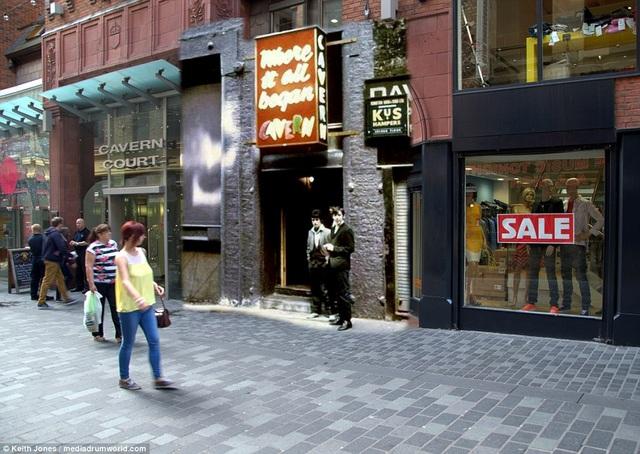 """Quán bar Cavern Club ngày ấy - bây giờ. Đã hơn nửa thế kỷ trôi qua, bốn chàng trai của The Beatles ngày ấy giờ chỉ còn lại hai, với Paul McCartney và Ringo Starr. Cả hai đều đã ở tuổi ngoài """"thất thập""""."""