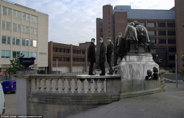 The Beatles xuất hiện trên quảng trường Derby ở Liverpool.