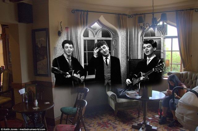 Những ngày đầu khi nhóm mới thành lập, họ là những chàng trai vô tư và… vô danh. Trước khi đến với tên gọi The Beatles, nhóm đã có rất nhiều tên gọi khác nhau. Đây là thời nhóm có tên là The Quarrymen. Trong ảnh, các chàng trai đang biểu diễn tại khách sạn Childwall Abbey hồi thập niên 1950, tại lễ cưới của anh trai thành viên George Harrison.