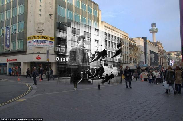 Thành viên Paul McCartney đứng ngắm nhìn những đôi giày bày trong một cửa hiệu nằm trên phố Lord Street.
