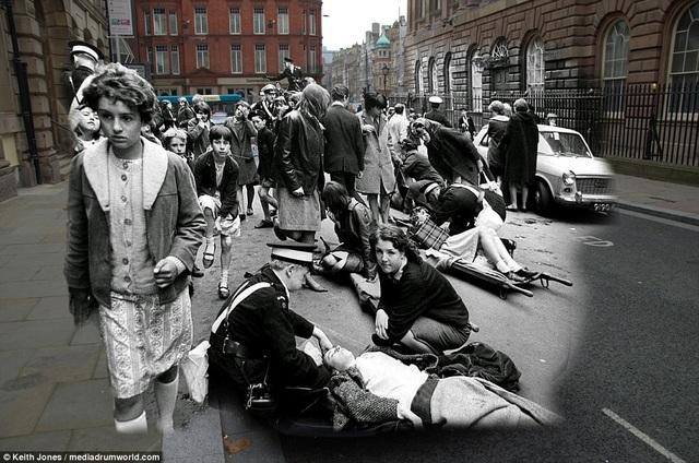 """Cảnh có người bị ngất vì chen lấn vào xem những buổi biểu diễn của The Beatles từng một thời là điều quen thuộc tại các tụ điểm sinh hoạt văn hóa của Liverpool. Bức ảnh này được chụp tại phố High Street hồi thập niên 1960 - thời điểm """"cơn sốt The Beatles"""" đang lên cao nhất."""