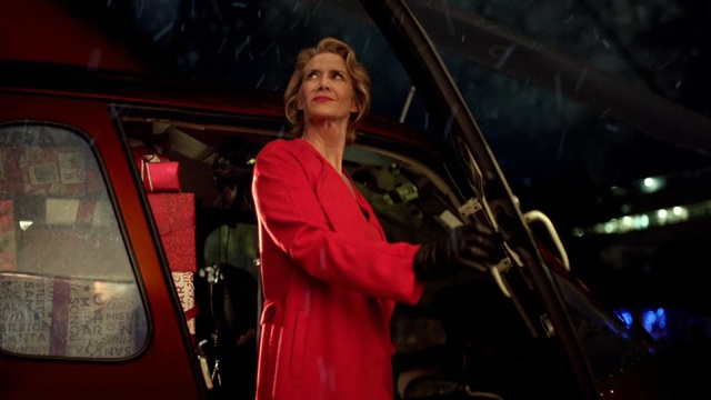 """Phát sốt với """"bà già Noel"""" mang phong cách… điệp viên 007 - 3"""