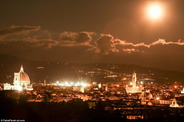 Siêu trăng ở thành phố Florence, Ý.