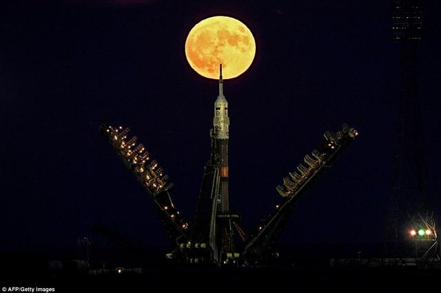 Siêu trăng chiêm ngưỡng từ sân bay vũ trụ nằm ở thành phố Baikonur, Kazakhstan.