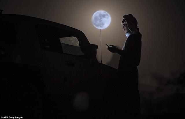 Trăng lên trên sa mạc ở Tabuk, Ả Rập Saudi.