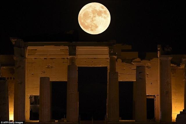 Vẻ đẹp kỳ diệu của mặt trăng trên đồi Acropolis ở Athens, Hy Lạp.