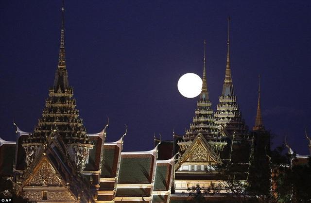 Trăng lên trên Hoàng cung ở Bangkok, Thái Lan.