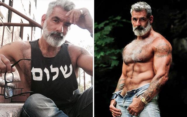 Người mẫu Mỹ Anthony Varrecchia (53 tuổi) hiện đang sống và làm việc tại New York. Ông sở hữu thân hình săn chắc lý tưởng, làn da rám nắng và đương nhiên, không thể thiếu mái tóc bạc cùng bộ râu phong trần đặc trưng của nhiều quý ông cao niên lịch lãm trong làng mẫu thời trang đương đại.
