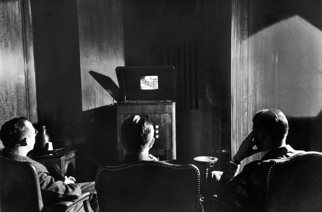 Những nhân vật cấp cao trong Tập đoàn Phát thanh Mỹ (RCA) đang ngồi trước một cỗ máy mới mẻ, một phát minh hứa hẹn thay đổi cả thế giới, đó chính là chiếc TV. Cỗ máy kỳ diệu phát được cả hình và tiếng này đã được đặt trong văn phòng trụ sở của tập đoàn tại New York trước khi đem giới thiệu rộng rãi tới công chúng. Ảnh chụp năm 1939.