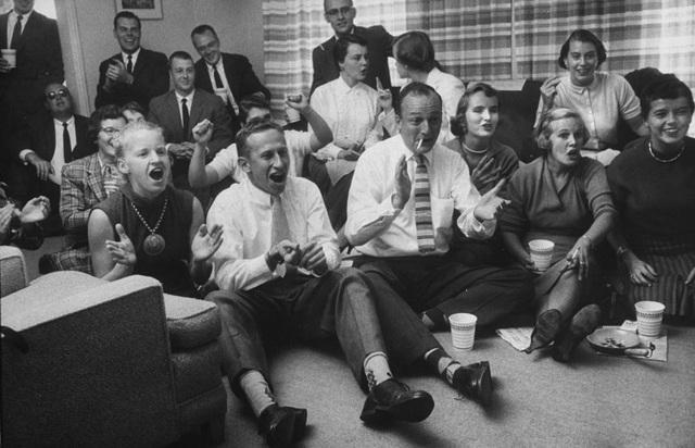 Những người bạn cùng hẹn nhau tập trung ở một nhà để xem trận bóng bầu dục gay cấn. Ảnh chụp hồi năm 1957.