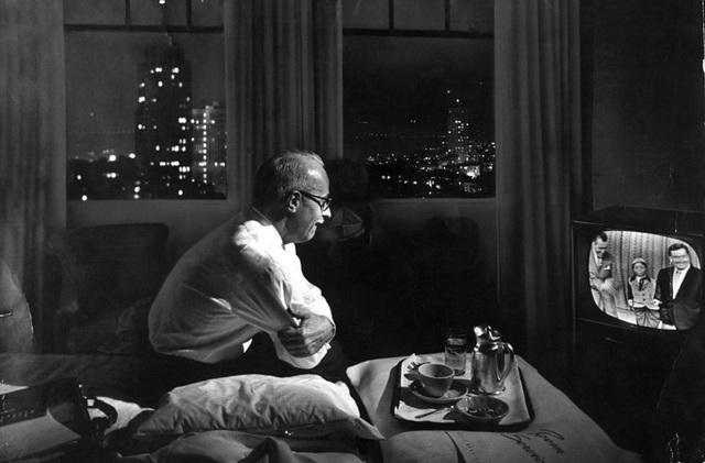 Một doanh nhân xem TV trong phòng khách sạn. Ảnh chụp năm 1958.