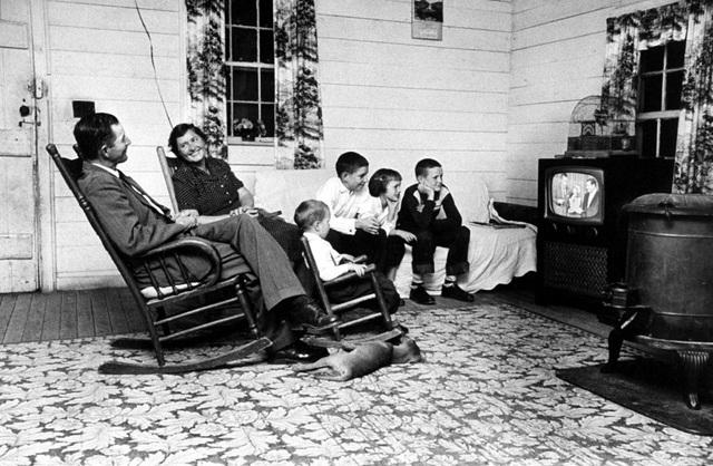 Một gia đình tập trung xem chương trình giải trí lúc cuối ngày. Ảnh chụp năm 1958.