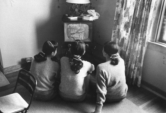Ba người phụ nữ gốc Á cùng ngồi xem TV. Ảnh chụp ở thành phố Chicago, năm 1960.