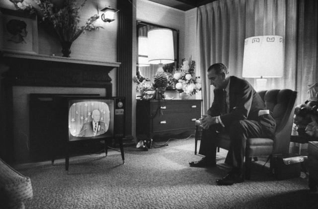Người đàn ông theo dõi tin tức từ phòng khách sạn. Ảnh chụp tại thành phố Los Angeles, năm 1960.