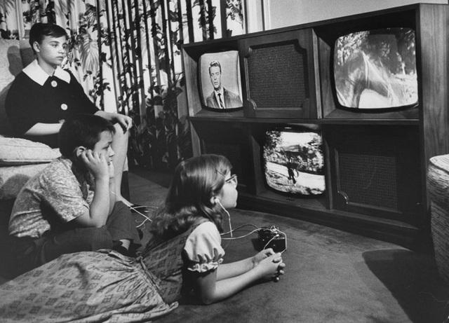 """Chiếc TV """"quái vật 3 mắt"""" từng một thời gây sốt, cho phép người xem có thể cùng một lúc bật lên 2-3 kênh khác nhau. Ảnh chụp năm 1961."""