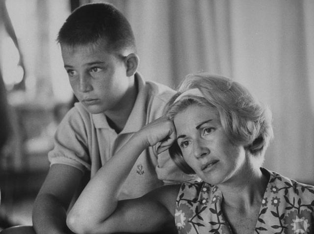 Vợ của phi hành gia Scott Carpenter và con trai của anh - cậu bé Mac đang cùng theo dõi qua truyền hình chuyến bay vòng quanh quỹ đạo Trái Đất do anh thực hiện hồi năm 1962. Phi hành gia Scott Carpenter là phi hành gia thứ hai trong lịch sử NASA thực hiện chuyến bay vòng quanh quỹ đạo Trái Đất kéo dài gần 5 tiếng đồng hồ.
